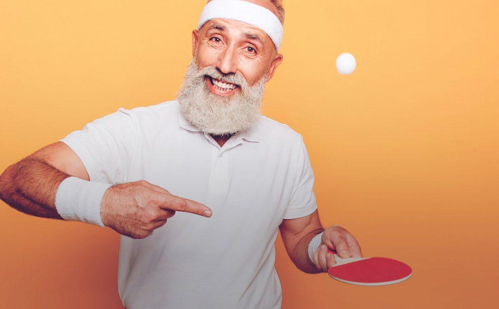 Personne jouant au tennis de table pour sa santé