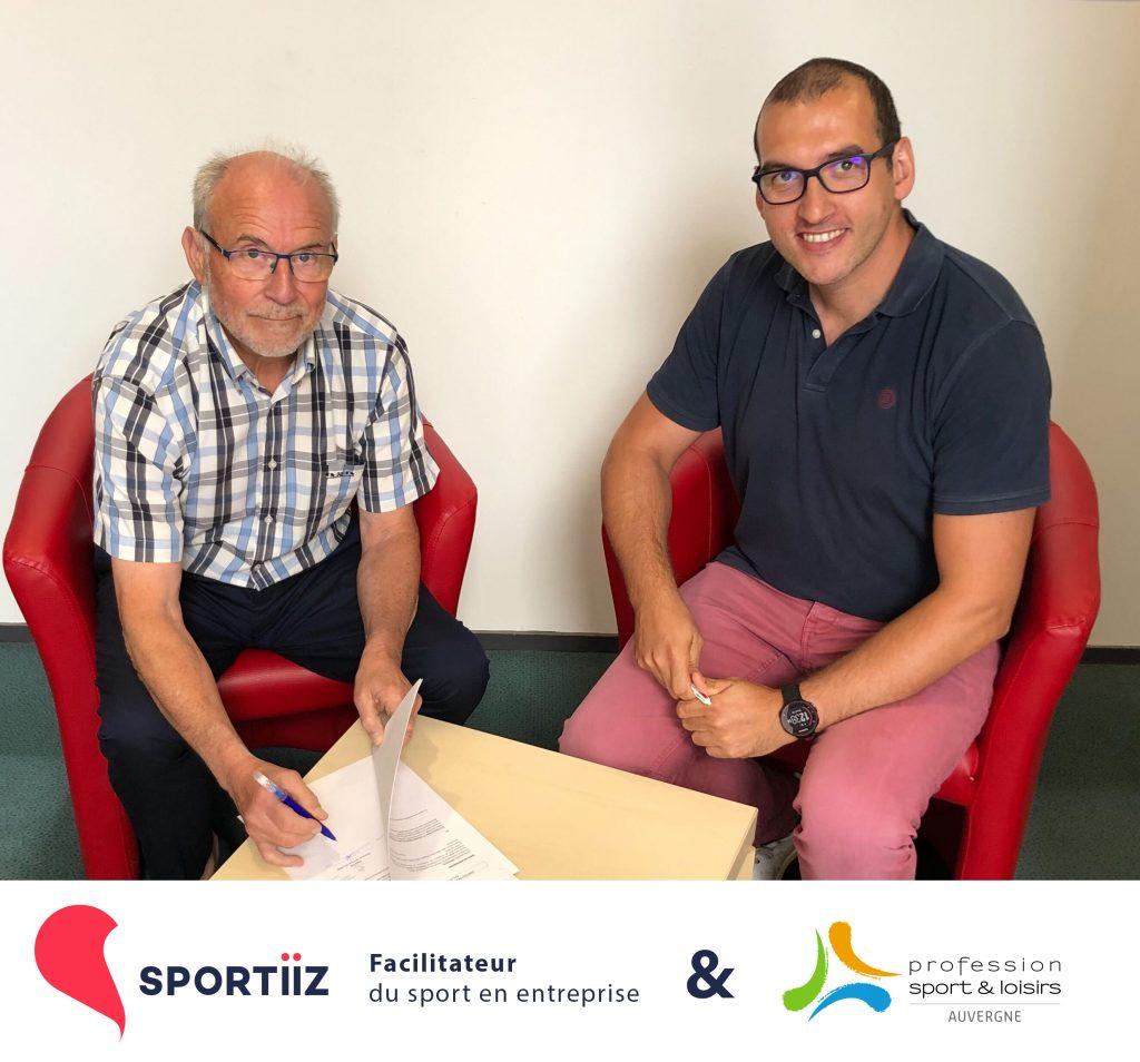 Hugues Peytavin, chef de produit de Sportiiz signe le contrat avec le président de Profession Sport & Loisirs